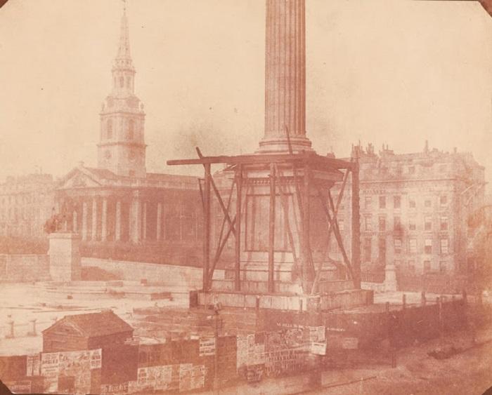 Монумент, расположенный в центре Трафальгарской площади в Лондоне, 1843 год.