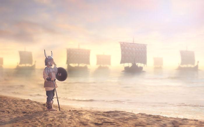 Мальчишка в костюме скандинавского морехода.