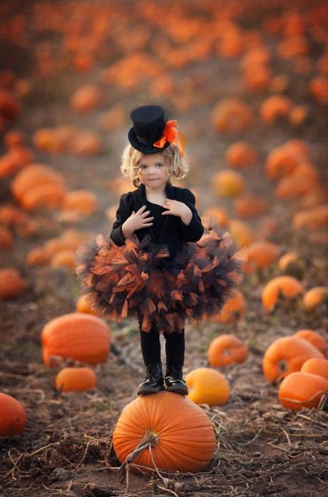 Девочка в костюме тыквы в преддверии праздника Хэллоуин.