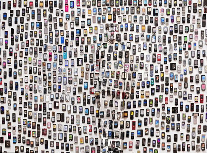 Китайский художник Лю Болин (Liu Bolin), также известный как «Невидимый человек»,<br>раскрашивает собственное тело,  чтобы полностью слиться с окружающей обстановкой.<br>