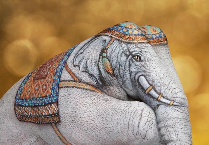 Любовь к природе вдохновила художника на серию животных, которых он изобразил на руках с поразительной точностью.