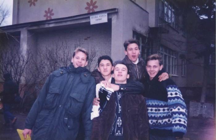 Фотография из личного альбома, на которой парень запечатлен с одноклассниками и друзьями.