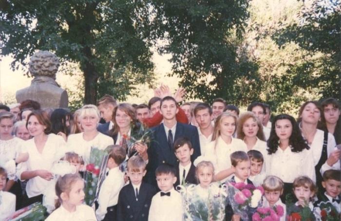 Белые рубашки-блузки, цветы и первоклассники…