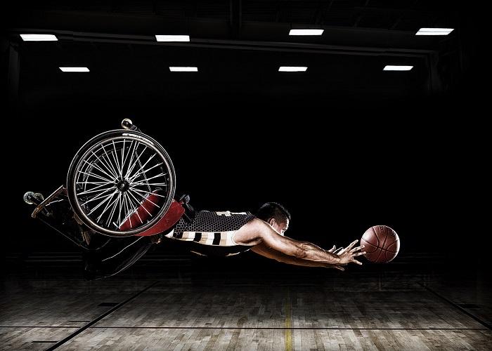 Баскетболист с ограниченными возможностями, тренирующийся в инвалидной коляске. Фотограф: Роб Грегори (Rob Gregory), США.