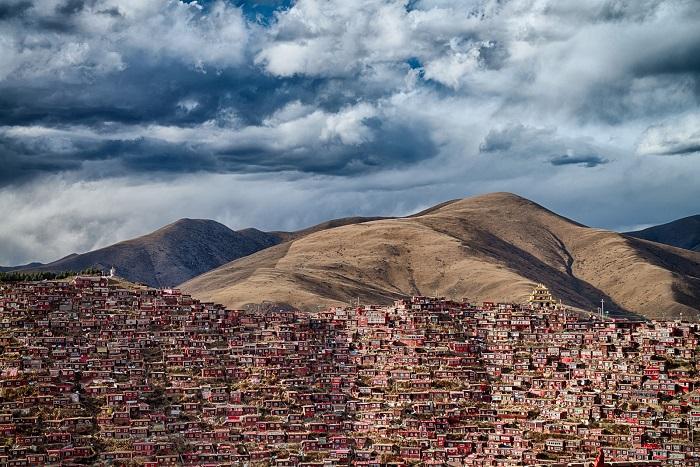 Дом 40 тысяч буддийских монахов в китайской провинции Сычуань. Фотограф: Аттила Балог (Attila Balogh), Венгрия.