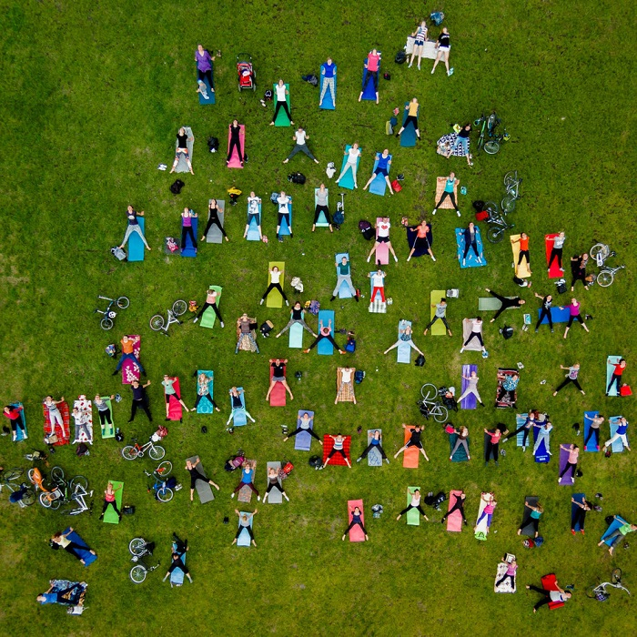 Люди занимаются йогой в центральном парке Вильнюса. Фотограф: Каролис Янулис (Karolis Janulis), Литва.
