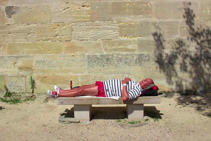 Парижанин, принимающий солнечные ванны в центре столицы Франции. Фотограф: Александр Прювост (Alexandre Pruvost), Франция.
