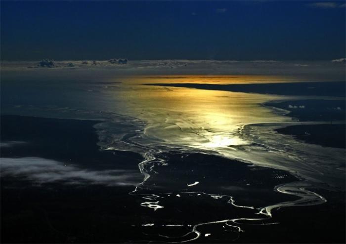 Восход солнца над Северным морем во время полета из Варшавы в Лондон.