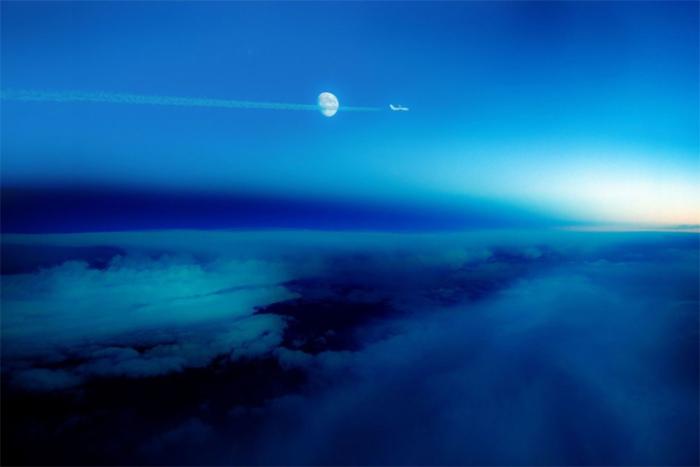 «Линия день-ночь», где более яркое пространство с правой стороны является уходящим днём, а темная сторона — ночью.