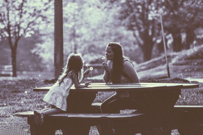 Трогательный и очаровательный момент общения мамы с дочерью.
