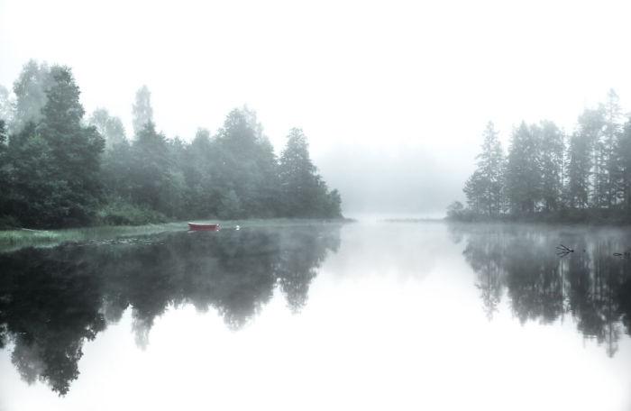 Белоснежная дымка покрывает озеро зеркальной чистоты.