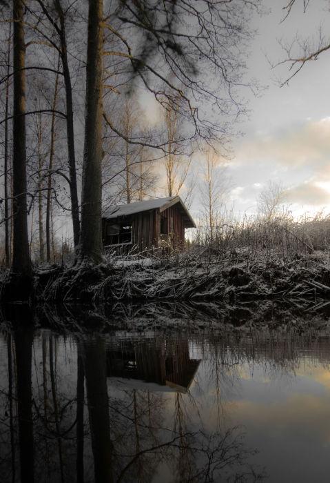 Опустевший дом на берегу озера.
