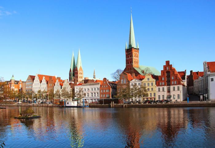 Первый портовый город на северном берегу Германии, расположенный на земле Шлезвиг-Гольштейн, где протекает река Траве. Север Германии Север Германии lubeck