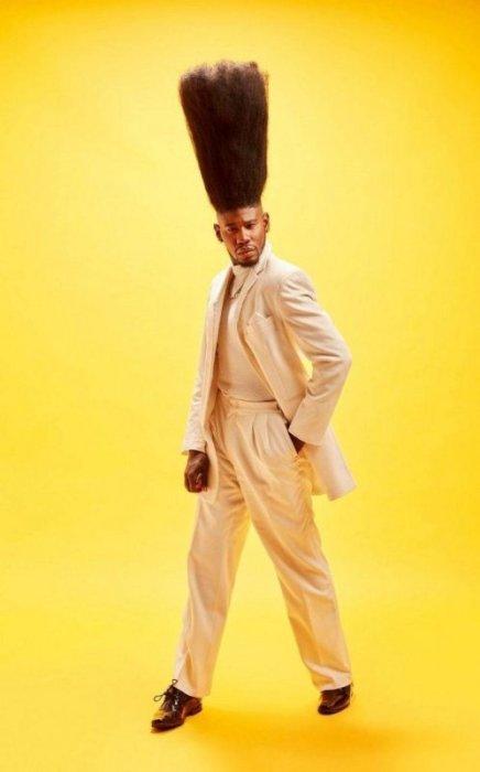 Модель из Нью-Йорка Бенни Харлем делает самую высокая прическу с укладкой hi-top fade (52 см).