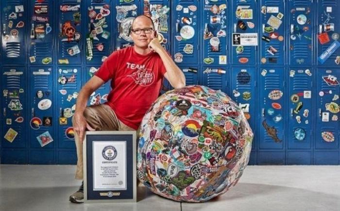 Генеральный директор компании «StickerGiant» Джон Фишер и его команда создали шар из 200000 наклеек.