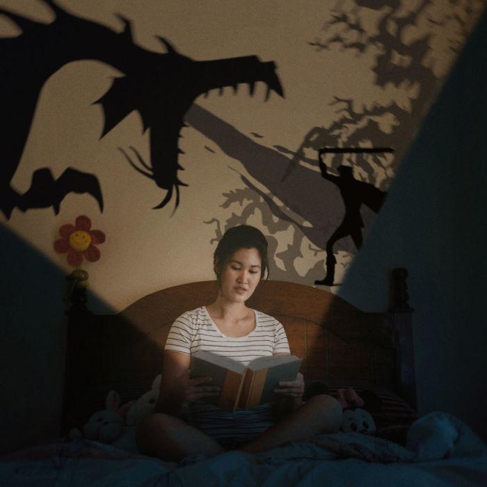 Сказочные персонажи на стене рассказывают вечную историю борьбы добра и зла.