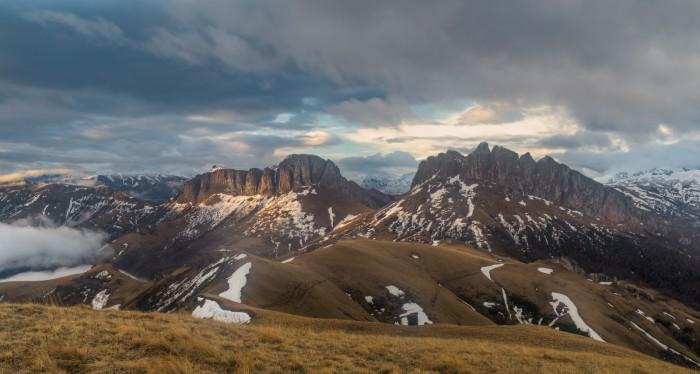 Огромные и величавые горные вершины, убегающие вдаль за облаками. Автор фотографии: Александр Плеханов.