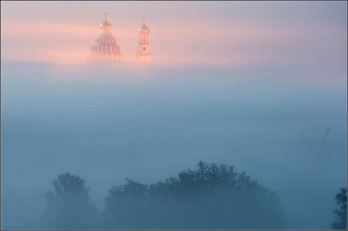 Золотой цвет церкви, пробивающийся сквозь туманную дымку. Автор фотографии: Александр Марецкий.