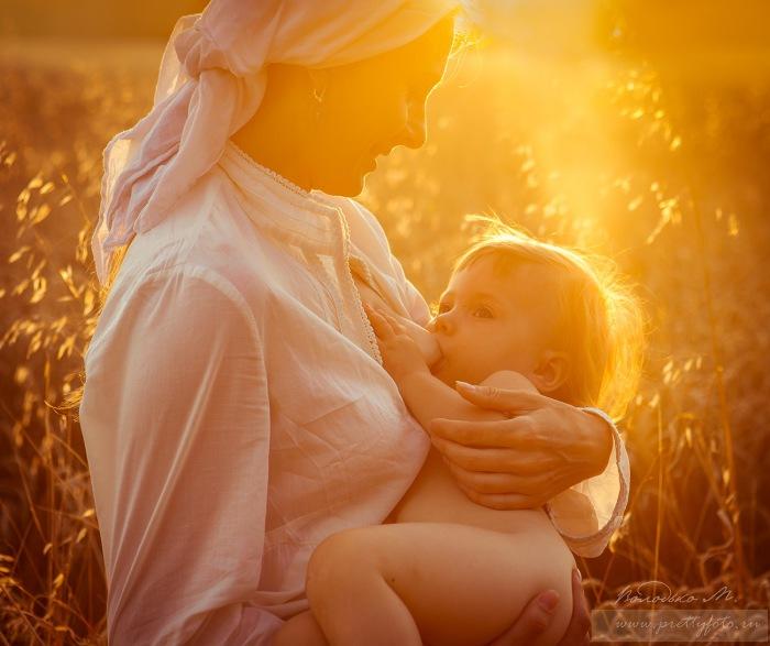 Женщина и малыш в лучах заходящего солнца. Автор фотографии: Марина Володько.