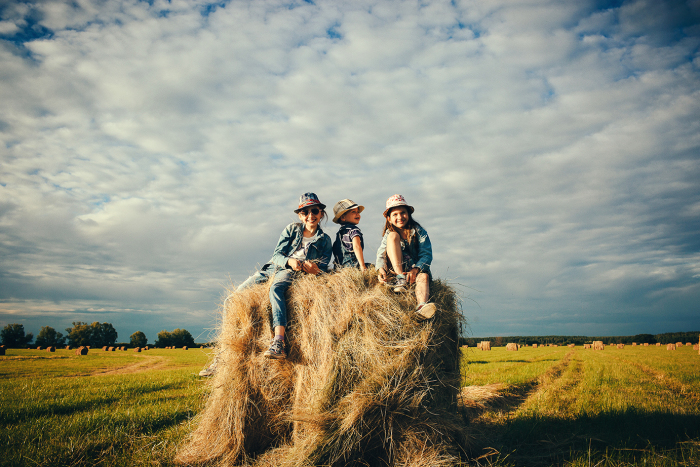 Детишке, сидящие на стоге сена. Автор фотографии: Алёна Теплова.