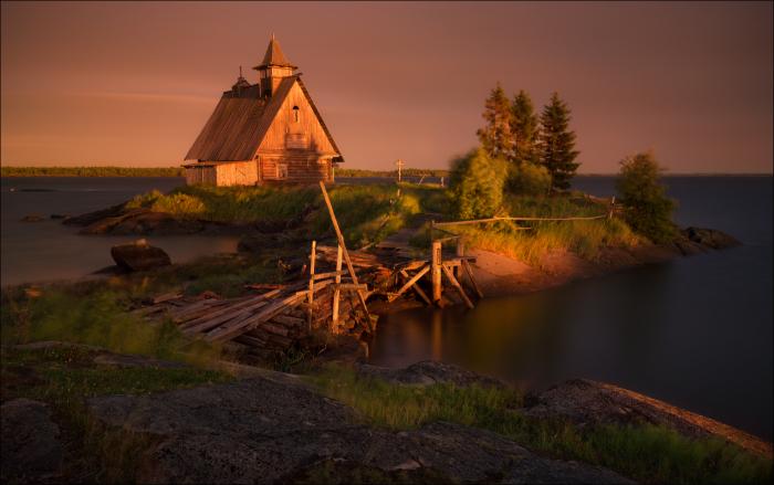 Деревянный домик посередине озера. Автор фотографии: Влад Соколовский.
