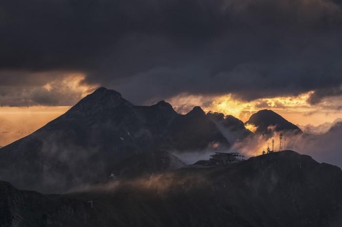 Вершины гор, объятые туманом, в преддверии чего то устрашающего. Автор фотографии: Купрацевич Дмитрий.