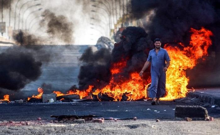 Протестующие граждане заблокировали главную дорогу города при помощи горящих шин.