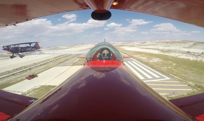 Летчик-акробат Семин Озтурк Сенер (Semin Ozturk Sener) во время демонстрации трюка на легком пилотажном биплане Pitts S2-B.