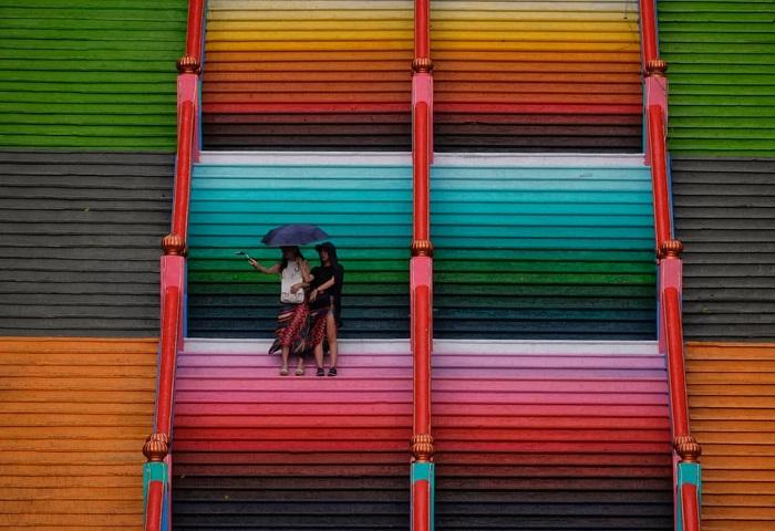 Посетители на 272-ступенчатой радужной лестнице, ведущей к храму Шри Субраманияра Свами.