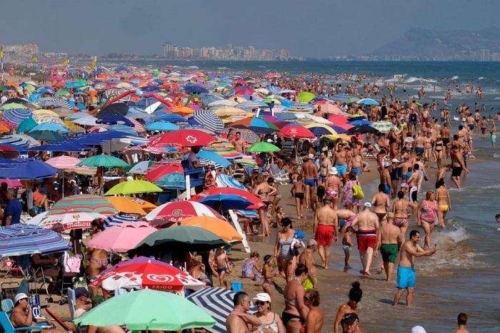 Многочисленные отдыхающие собрались на пляже, чтобы насладиться последними днями летнего курортного сезона.