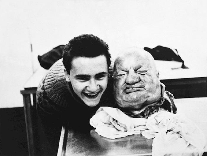 Ухмыляющийся Херст держит отрубленную голову, имеющую странное сходство с сэром Уинстоном Черчиллем.