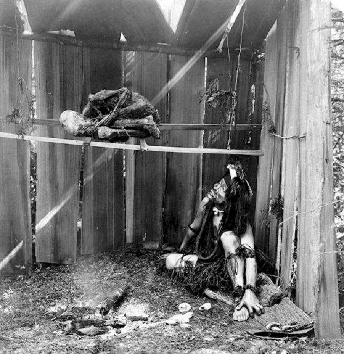 В секретное общество могущественных шаманов племени Квакиутль - Гамацу - попасть было непросто. Одним из приемов их инициации считался каннибализм.