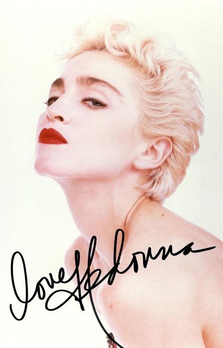 Автографы популярной американской певицы и танцовщицы так же непостоянны, как и сама знаменитость.