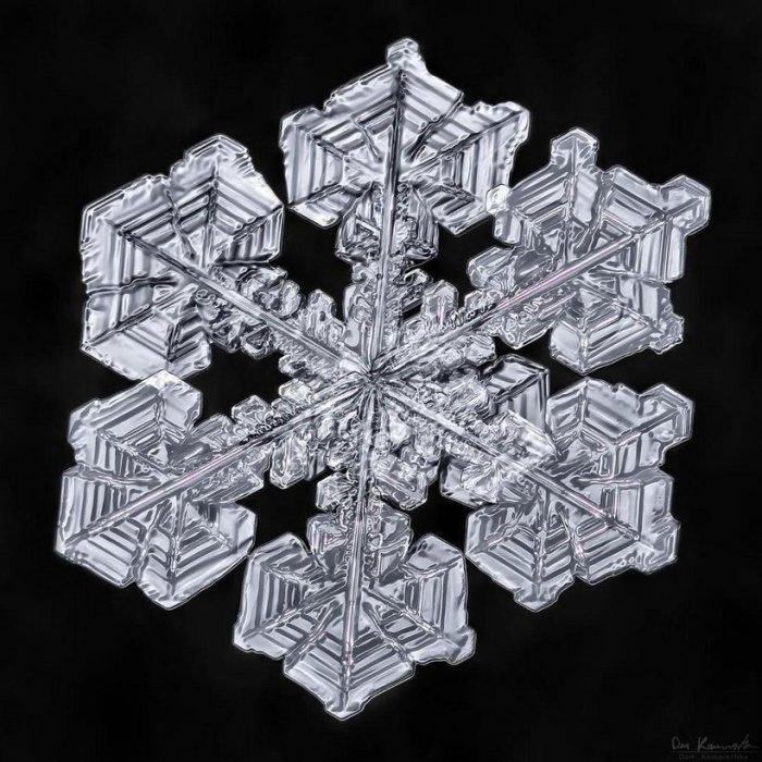 Для изображения одной снежинки фотограф использует 30-40 кадров.