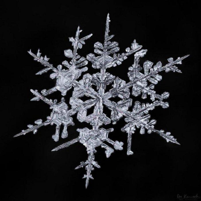 Шестилучевую снежинку разглядеть невооруженным взглядом очень сложно.