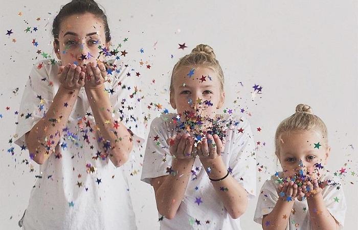 Забавные фотографии мамы и дочек в одинаковых нарядах.