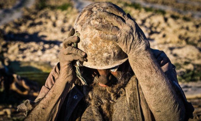 Старый военный шлем cохраняет голову Хаджи в тепле зимой.
