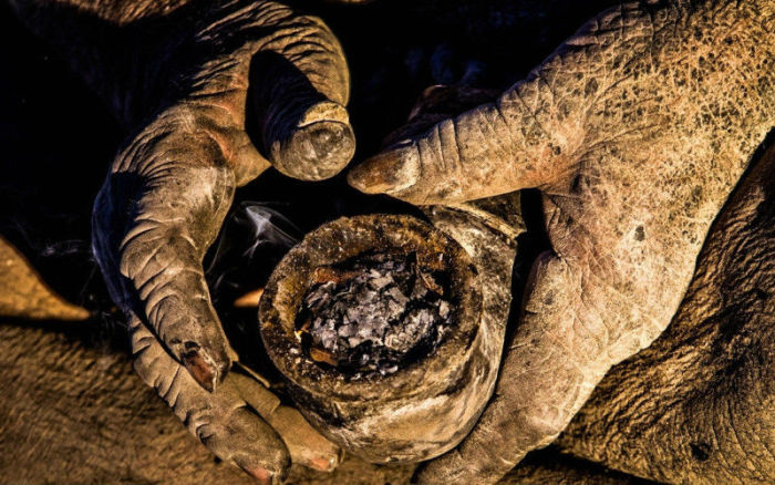 Хаджи набивает свою трубку экскрементами животных.