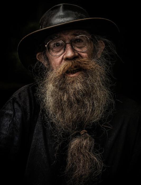 Мужчина преклонного возраста с бородой похож на волшебника. Фотограф: Марсель (Marcel).