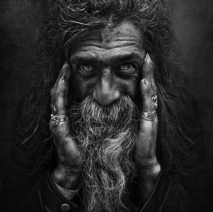 Черно-белое фото бородатого мужчины в кольцах. Фотограф: Ли Джеффрис (Lee Jeffries).