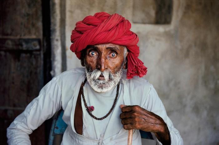 Человек преклонного возраста в индусском костюме. Фотограф: Стив Мак-Карри.