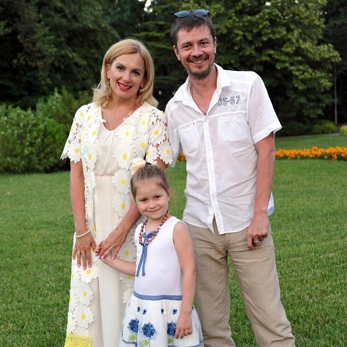 Российские актеры долгое время жили в гражданском браке, а узаконить свои отношения решили лишь после рождения второго ребенка.