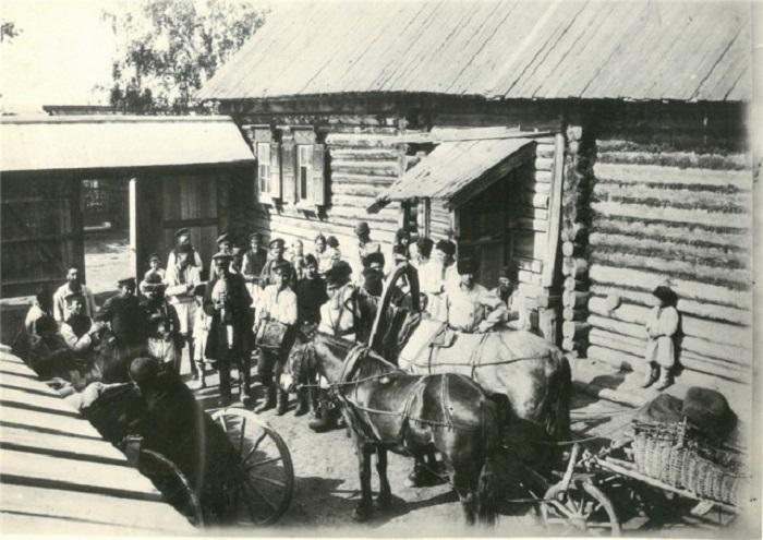 Свадебный поезд, ожидающий выхода невесты из родительского дома.