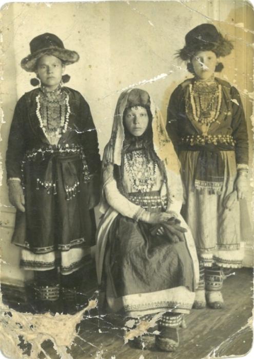Юная невеста и свахи в традиционных свадебных нарядах, дополненных необходимыми аксессуарами.