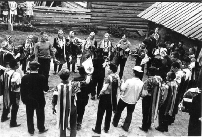 На снимке, запечатлевшем традиционный ритуал выплаты выкупа за невесту, лишь некоторые люди одеты в национальные костюмы.
