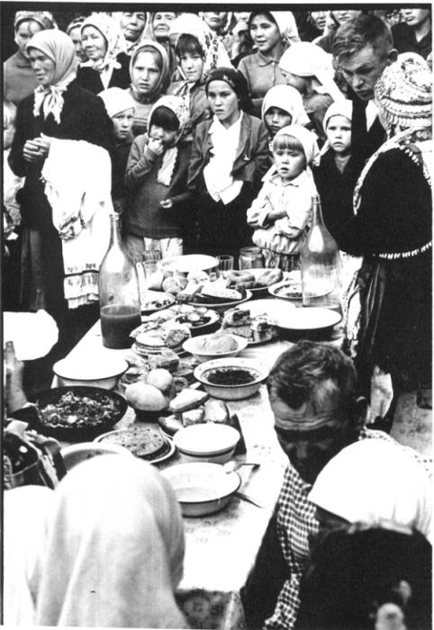 Традиционное угощение приглашенных гостей в доме родителей невесты.