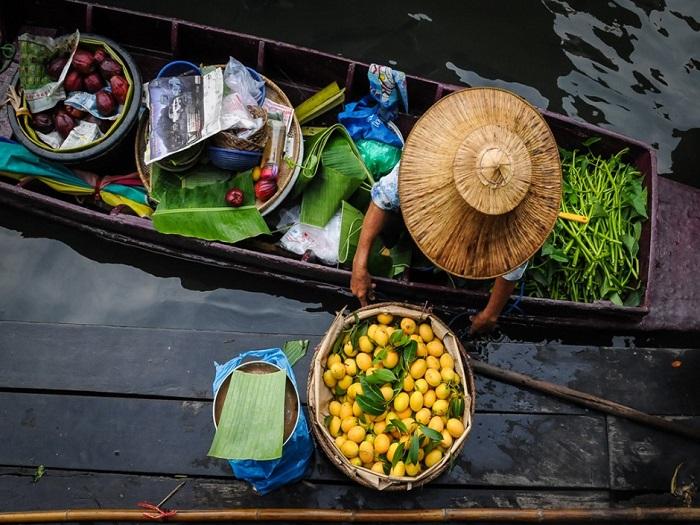 Талинг Чан меньше, чем Дамноен Садуак, здесь меньше народу, что часто делает его более привлекательным для путешественников.