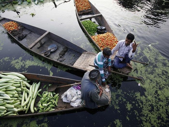 Для этого рынка овощи выращиваются в небольших, сухих районах вокруг озера.