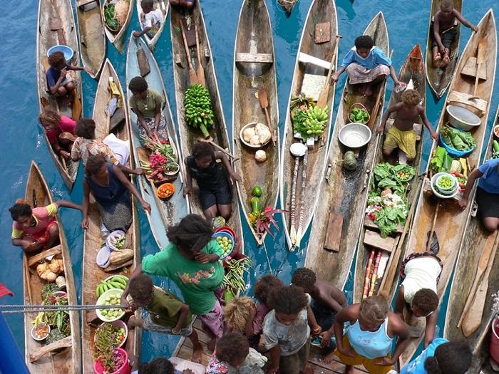 Маленькие лодочки плывущие в прозрачных водах этих меланезийских остров - впечатляющее зрелище.