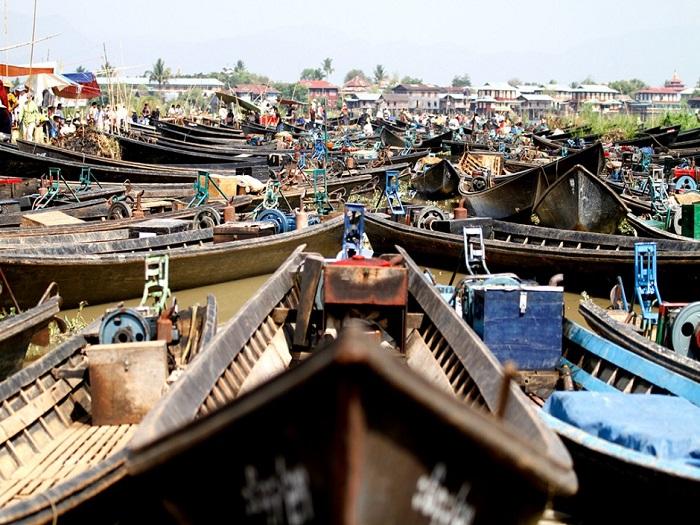 Рынок в течении пяти дней перемещается по воде в разные места, но часто проводится и на самом озере, чтобы привлечь туристов.